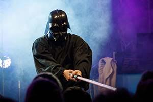 Das Fiasko, Sänger im Darth Vader Kostüm mit rotem Laserschwert