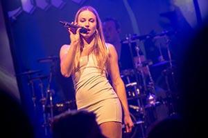 Das Fiasko, Sängerin im kurzem Kleid aus dem Publikum raus fotografiert