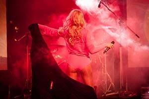 Sängerin auf Bühne im rotem Scheinwerferlicht