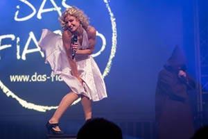 Partyband Das Fiasko, Sängerin als Marylin Monroe verkleidet steht auf Box un mach die berühmte Marylin Monroe Pose