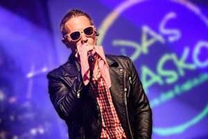 Titelbild Show. Sänger verkleidet als Andreas Gabalier auf einem Stadtfestals