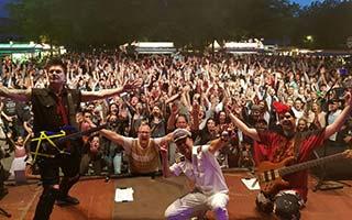 Band mit viel Publikum im Hintergrund auf einem großem Stadtfest