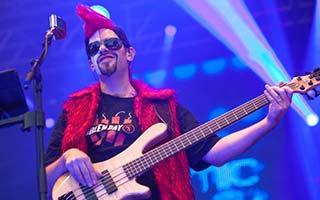 Bassist der Coverband im blauem Scheinwerferlicht auf einem Stadtfest