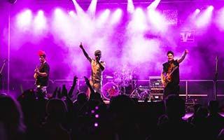Bild von der gesamten Bühne mit der Band auf einem Zeltfest
