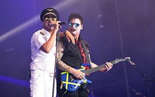 Sänger und Gitarrist auf einer Stadfest Bühne