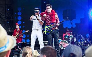 Sänger und Gitarrist der Coverband im blauem Scheinwerferlicht