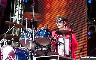Schlagzeuger vor LED-Leinwand beim Stadtfest der NDR Sommertour