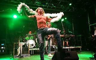 Gitarrist Ron verkleidet als Iggy Pop