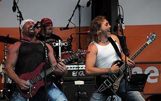 Boerney und Gitarrist mit Gitarren am rocken...