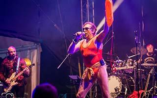 Sänger Boerney im Baywatch-Badeanzug auf einem Stadtfest