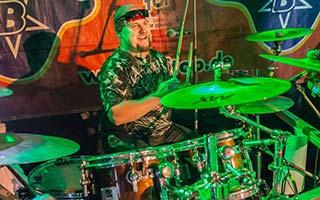 Schlagzeuger beim Drumsolo auf einem Zeltfest
