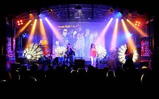 Publikum mit Bühne im Hintergrund aus einem Stadtfest