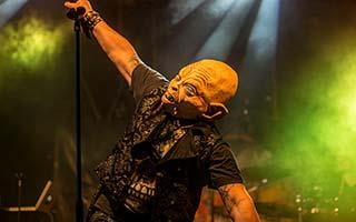 Sänger mit Maske im tollen Bühnenlicht auf einem Stadtfest oder Zeltfest