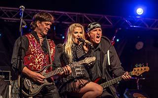 Sängerin mit Bassist und Gitarrist vorne auf der Bühne beim Stadtfest