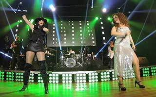 Zwei Sängerinnen aus der Froschperspektive auf mega großer Bühne. NDR-Sommertour