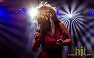 Sängerin als Tina Turner verkleidet im tollem Bühnenlicht auf einer Firmenfeier