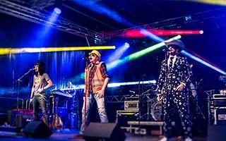 Partyband Hit Radio Show im buntem Bühnenlicht auf einem Stadtfest