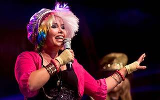 Sängerin auf einer Stadtfestbühne