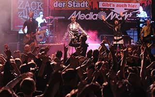 Partyband Coverband zack Zillis mit viel Publikum vor der Bühne beim Stadtfest in Itzehoe