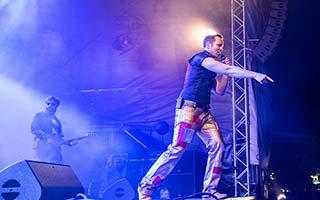 Sänger der Partyband von der Seite auf einem Stadtfest