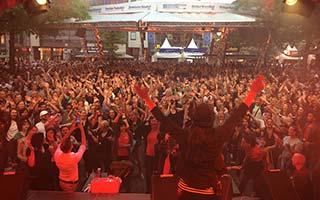 Band von hinten mit Publikum im Hintergrund, Stadtfest