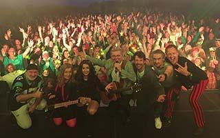 Band mit Markus, Im Hintergrund das Publikum auf einem Stadtfest