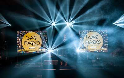 Bühnenbild mit zwei Leinwändem