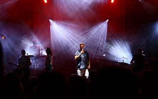 Band steht im rot weißem Bühnenlicht