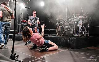Sängerin Showeinlage mit dem Rücken auf dem Bühnenboden