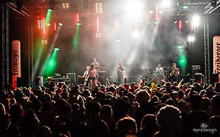 Bühne von weit hinten aus fotografiert mit viel Publikum vor der Bühne