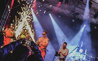 Showeinlage mit einer Flex. Funken sprühen über die Bühne