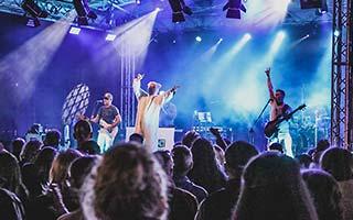 Blick aus dem Publikum auf die Bühne. Sänger im Eisbärkostüm