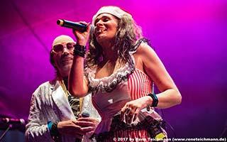 Sängerin und Sänger in witzigem Kostüm