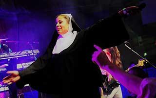 Sängerin als Nonne verkleidet auf einer Firmenfeier