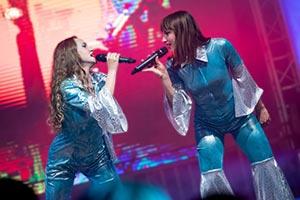 Zwei Sängerinnen im ABBA Kostüm auf einem Stadtfest