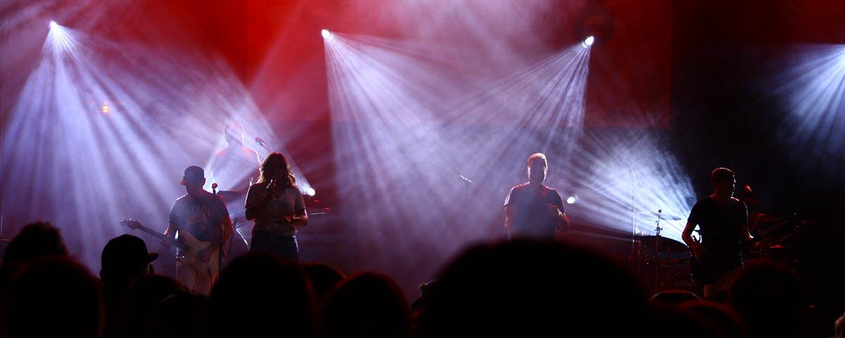 Titelbild Coverband Stadtfest. Blick auf Bühne mit tollem Licht.