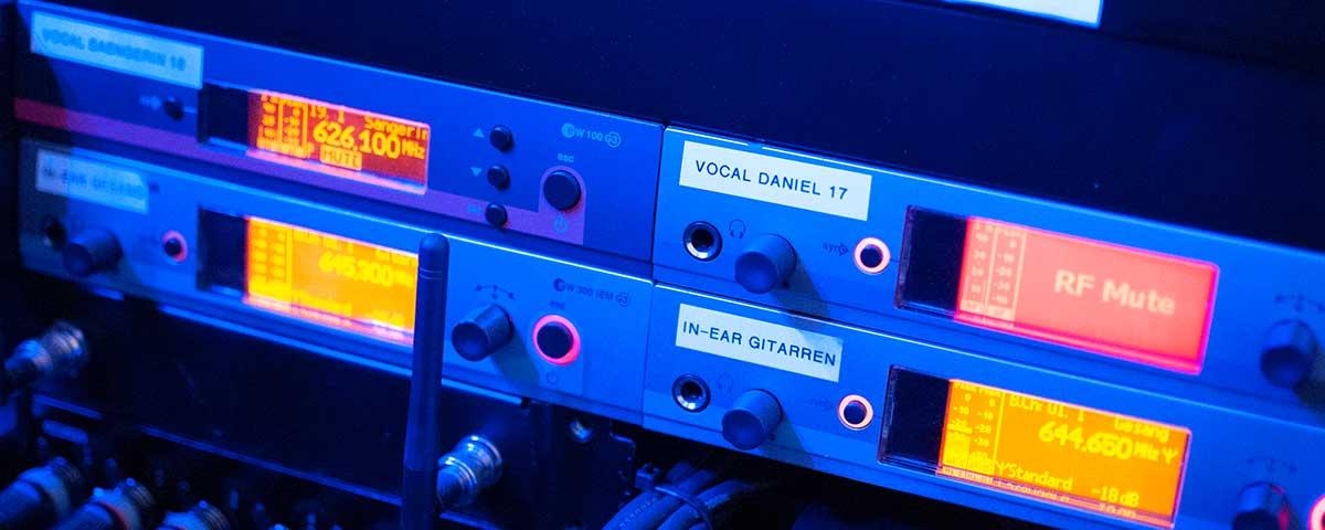 Rack mit diversen Sendern.