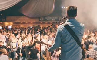 Sänger von Hinten vor viel Publikum