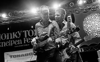 Bassist und Gitarrist zusammen in schwarz weis