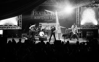 Blick auf die Bühne beim Honky Tonk Festival