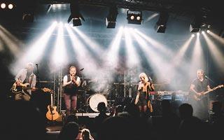 Bühnenbild von vorne. Partyband im tollen weissem Licht mit Nebel