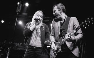 Sänger zusammen mit Sängerin in schwarz / weis