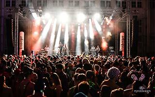 Blick aus dem Publikum auf eine Stadfestbühne